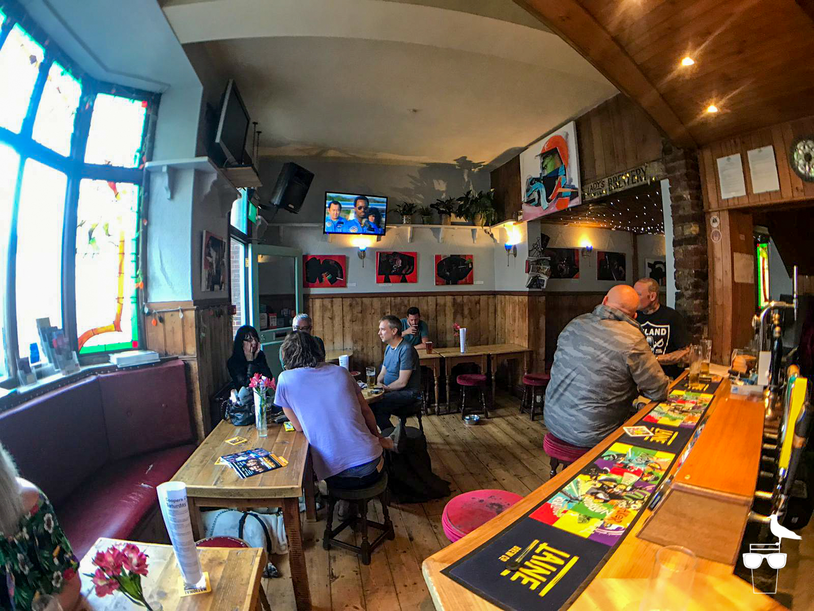 the coopers cask hove pub inside view of whole bar