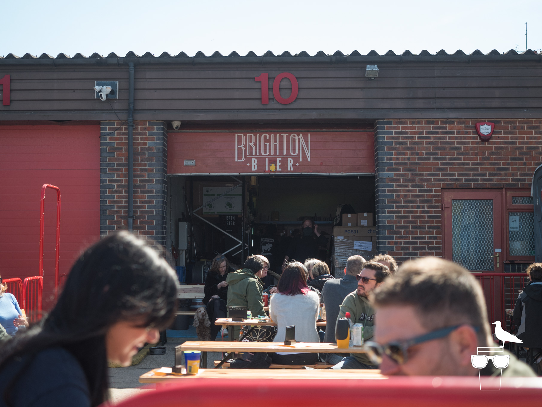 brighton-bier-brewery-taproom-outside-couple-drinking-in-foreground