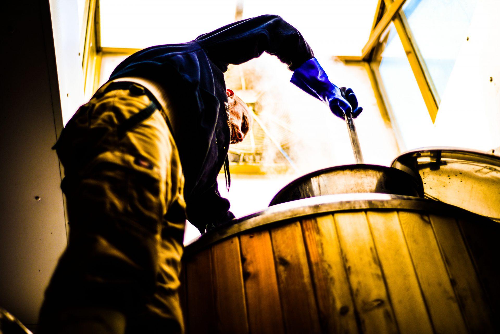 franklins brewery brewer stiring mashtun